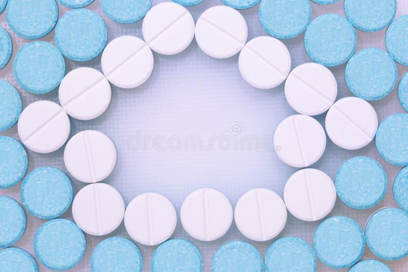 Pilules rondes bleues et blanches photographie stock libre de droits