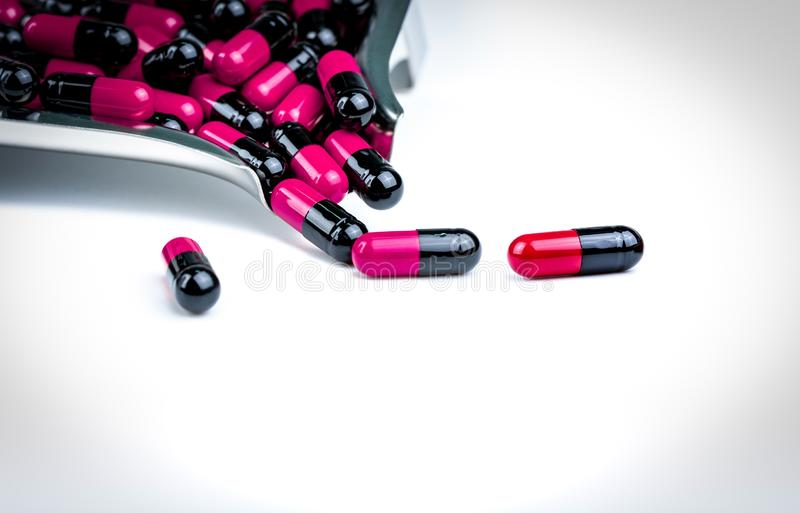 pilules Rose-noires de capsule sur le plateau de drogue Résistance au médicament d'antibiotiques soins de santé globaux Pilules a photos libres de droits