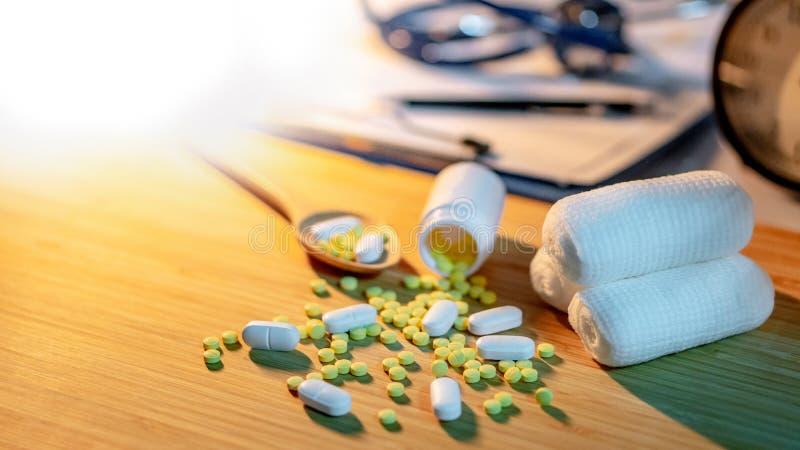 Pilules se renversant hors de la bouteille de pilule sur le bureau de docteur images libres de droits