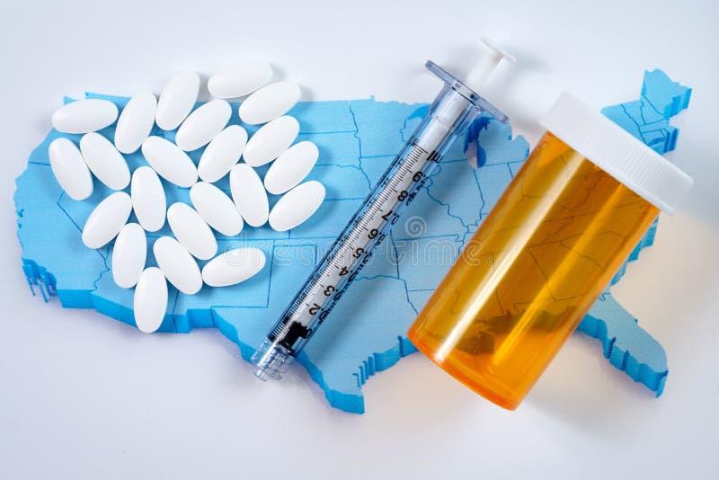 Pilules, seringue et bouteille pharmaceutiques blanches de prescription au-dessus de carte de fond de l'Amérique image stock