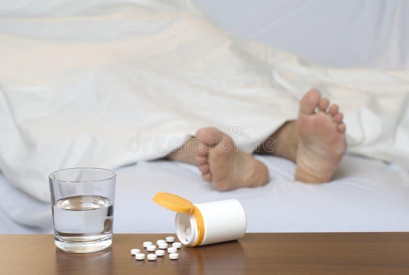 Pilules sur la table images stock