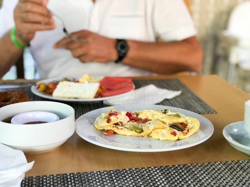 Pilz-Omelett mit Mischgemüse diente am Hotel-Restaurant stockbilder