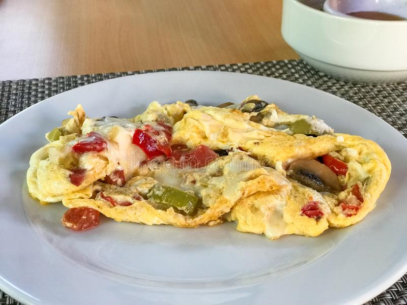 Pilz-Omelett mit Mischgemüse diente am Hotel-Restaurant stockfoto