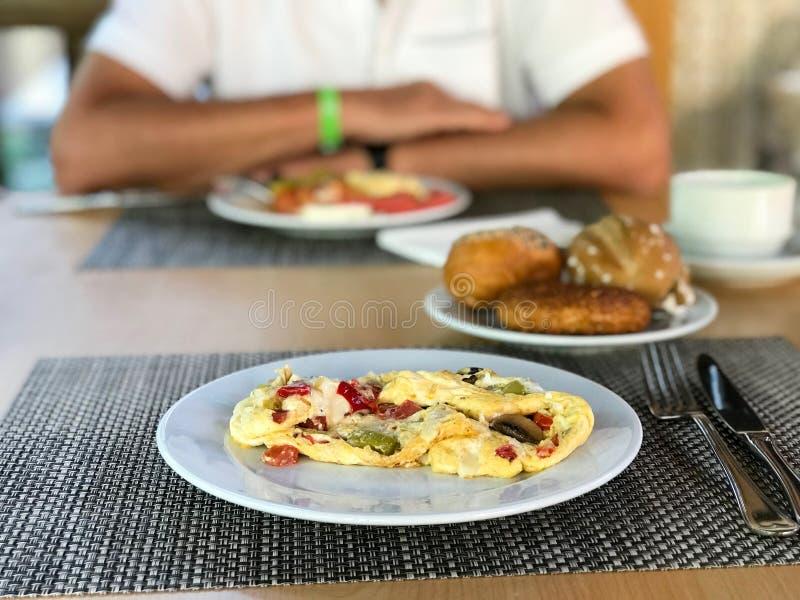 Pilz-Omelett mit Mischgemüse diente am Hotel-Restaurant stockbild