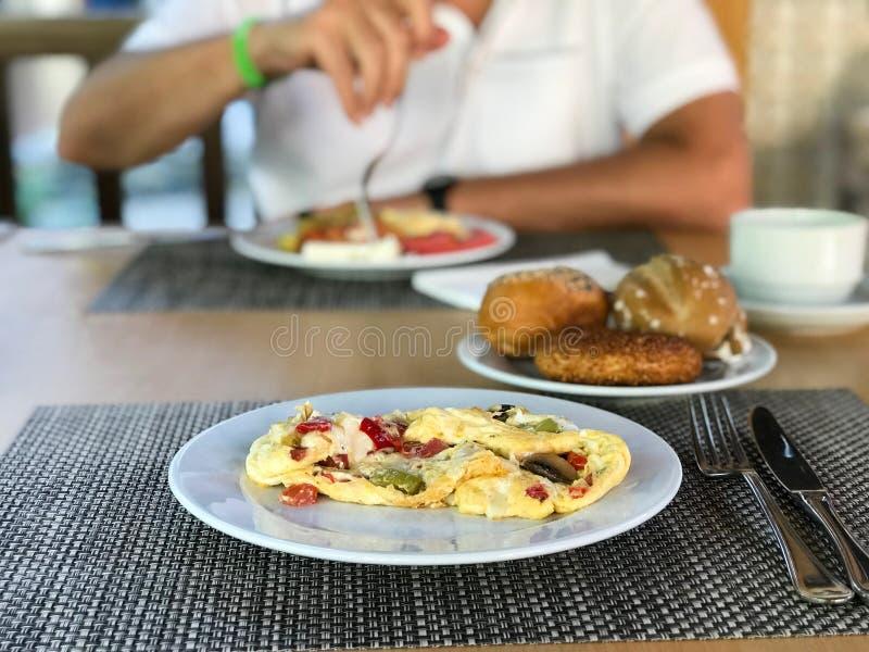 Pilz-Omelett mit Mischgemüse diente am Hotel-Restaurant lizenzfreies stockbild