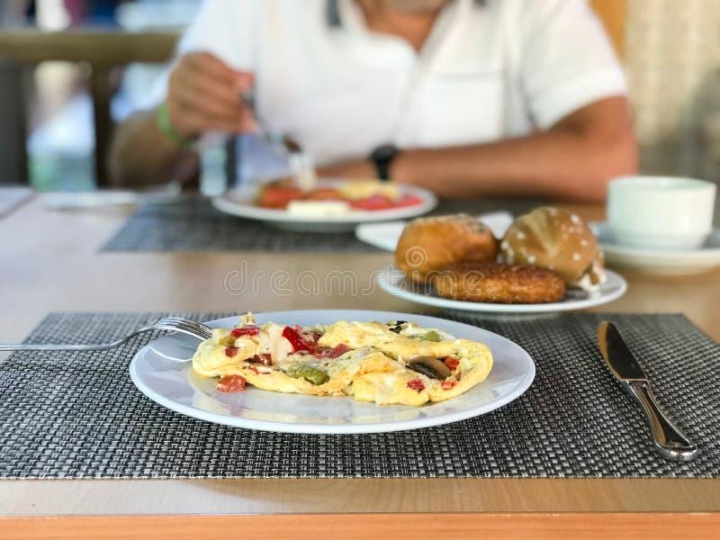 Pilz-Omelett mit Mischgemüse diente am Hotel-Restaurant lizenzfreie stockfotos