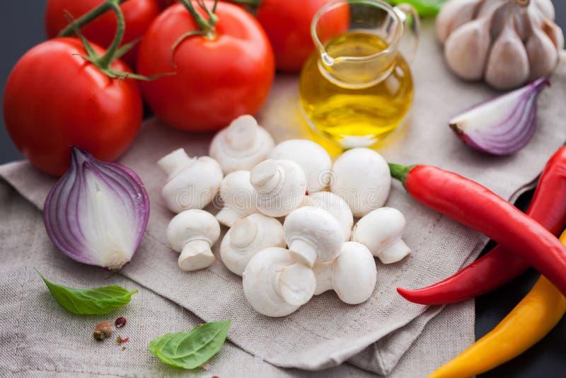Pilzchampignon mit italienischen Bestandteilen lizenzfreie stockfotografie