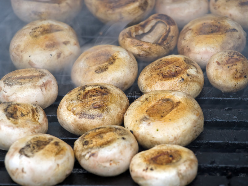 Pilze auf Grill lizenzfreies stockbild