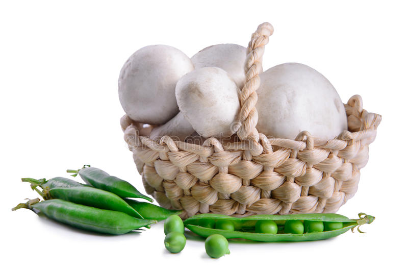 Pilze und grüne Erbsen stockfoto