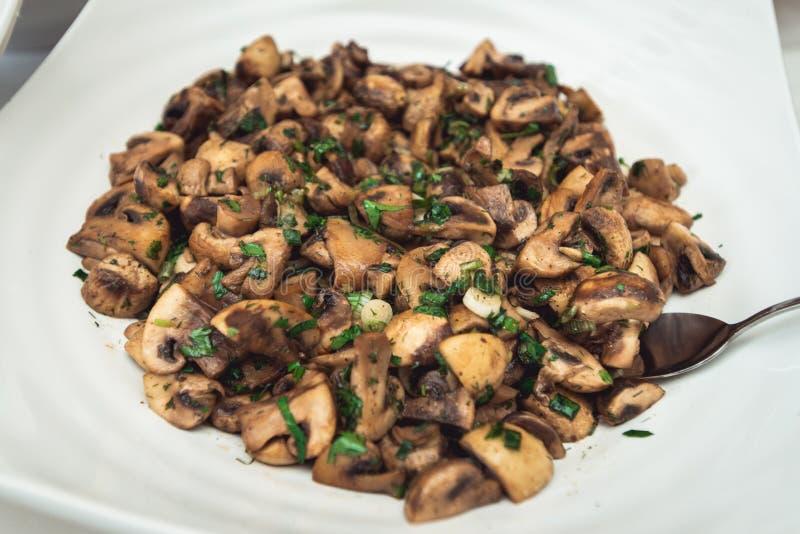 Pilzeintopfgericht mit Petersilie und Polenta stockfotografie