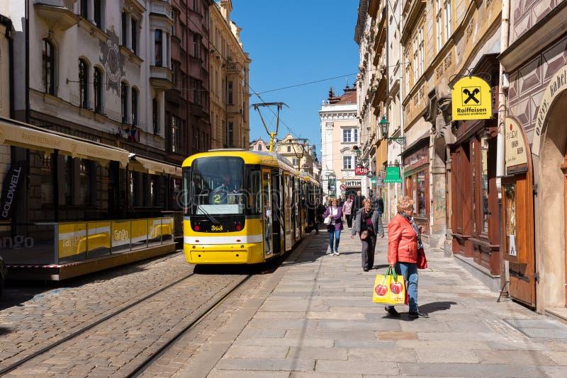 Pilzn Tjeckien, 05/13/2019: gul elektrisk spårvagn, typisk kollektivtrafik av staden arkivbilder