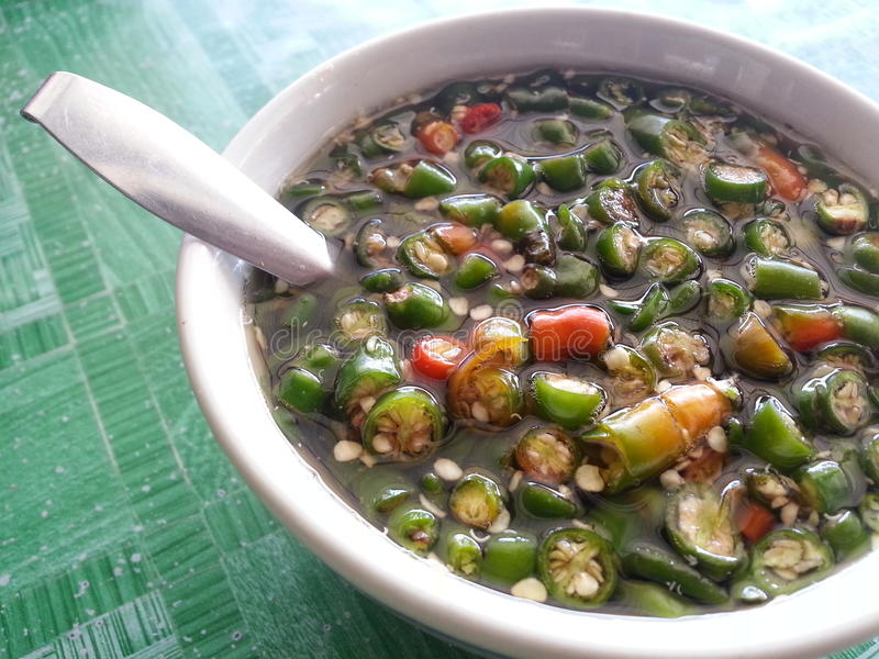 Pimentão com molho de peixes em uma bacia para o conceito tailandês do alimento fotos de stock