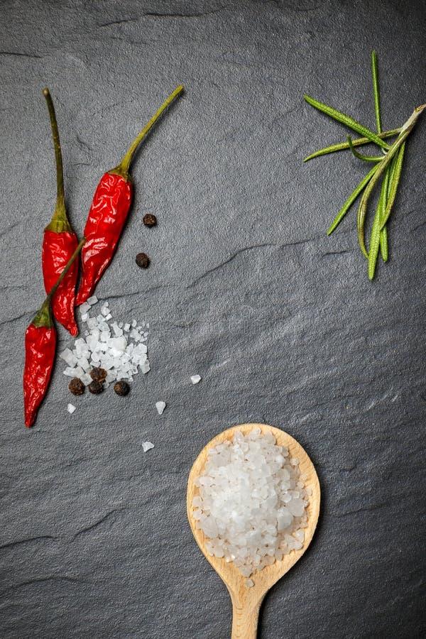 Download Pimentão Com Pimenta Preta E Sal No Fundo De Pedra Rústico Imagem de Stock - Imagem de pimentão, verde: 80102481
