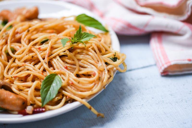 Pimentões da massa e do tomate dos espaguetes e hortaliças da manjericão/alimento italiano delicioso tradicional imagens de stock royalty free