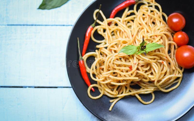 Pimentões da massa e do tomate dos espaguetes e hortaliças da manjericão - espaguetes italianos deliciosos tradicionais do alimen fotografia de stock royalty free