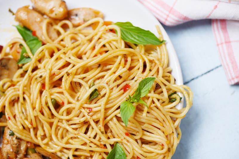 Pimentões da massa e do tomate dos espaguetes e hortaliças da manjericão - espaguetes italianos deliciosos tradicionais bolonhês  imagem de stock royalty free