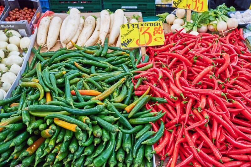 Pimentões verdes e vermelhos fotos de stock