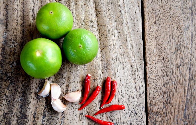 Piment, ail et chaux sur la table en bois, herbe et épicé asiatiques photographie stock libre de droits