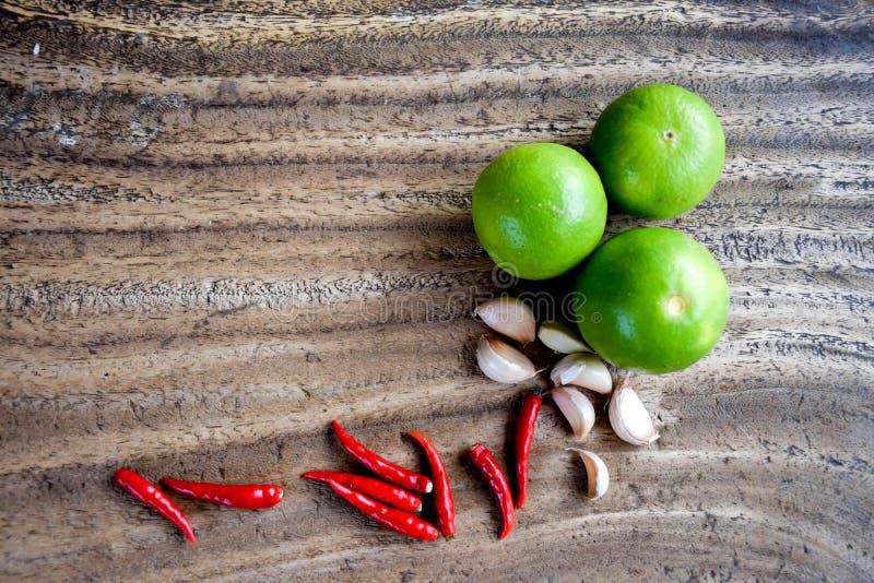 Piment, ail et chaux sur la table en bois, herbe et épicé asiatiques photos libres de droits