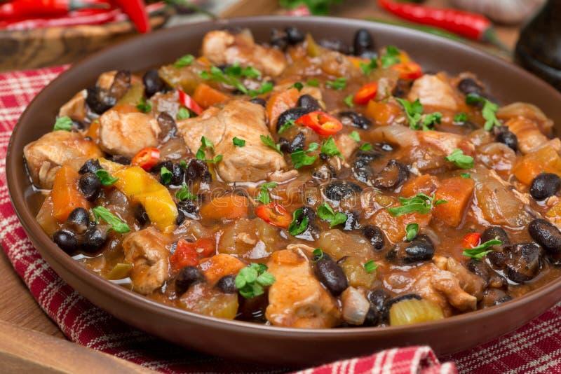 Piment avec les haricots noirs et le poulet, plan rapproché photos stock