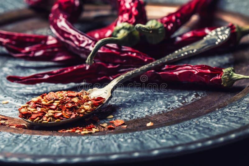 Piment Chili Peppers Plusieurs poivrons de piments secs et poivrons écrasés sur une vieille cuillère se sont renversés autour ing photographie stock libre de droits