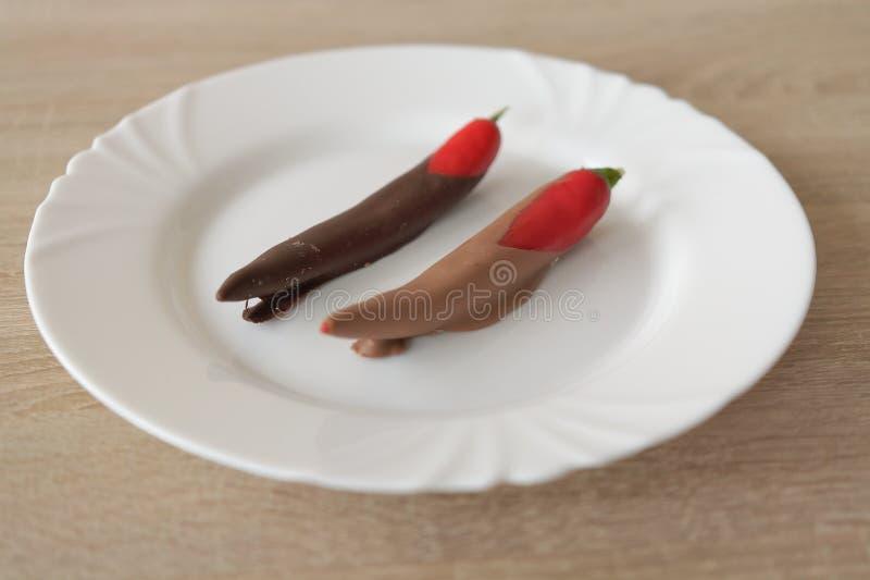 Piment en chocolat brun du plat blanc image stock