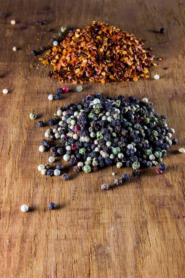 Piment et poivre dans les coquilles photos stock