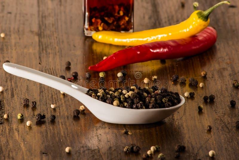 Piment et poivre dans les coquilles photographie stock