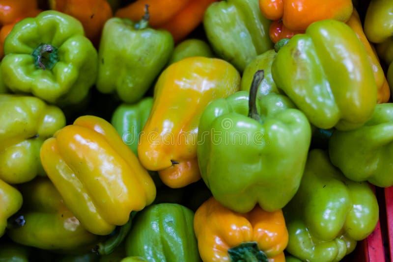 Pimenta amarela e verde na loja imagem de stock royalty free