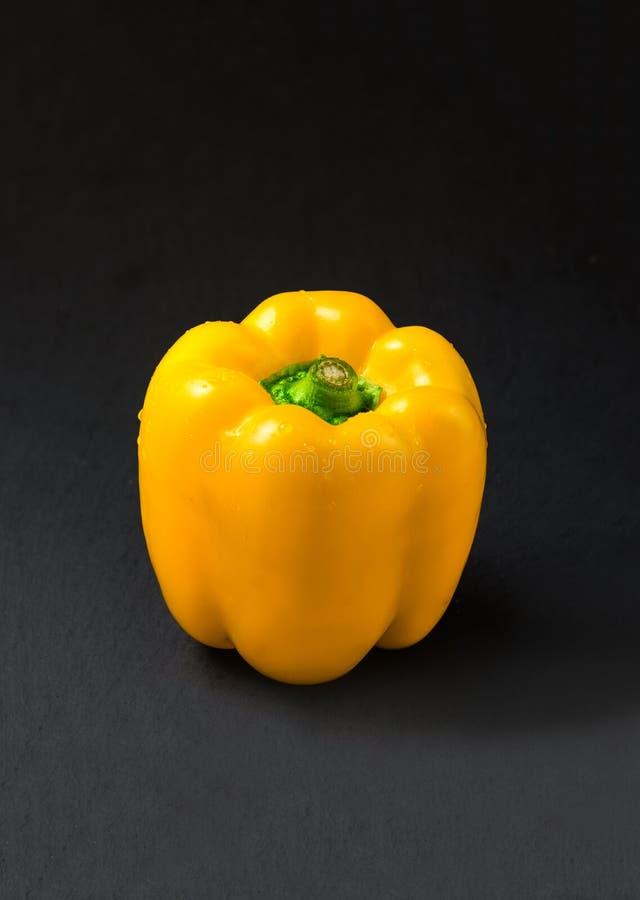 Pimenta de Bell amarela no fundo escuro fotos de stock