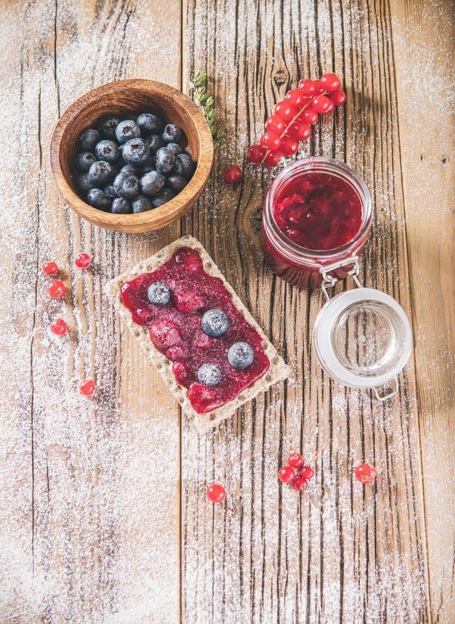 Pimenta de pastelaria com amoras e amoras fotografia de stock royalty free