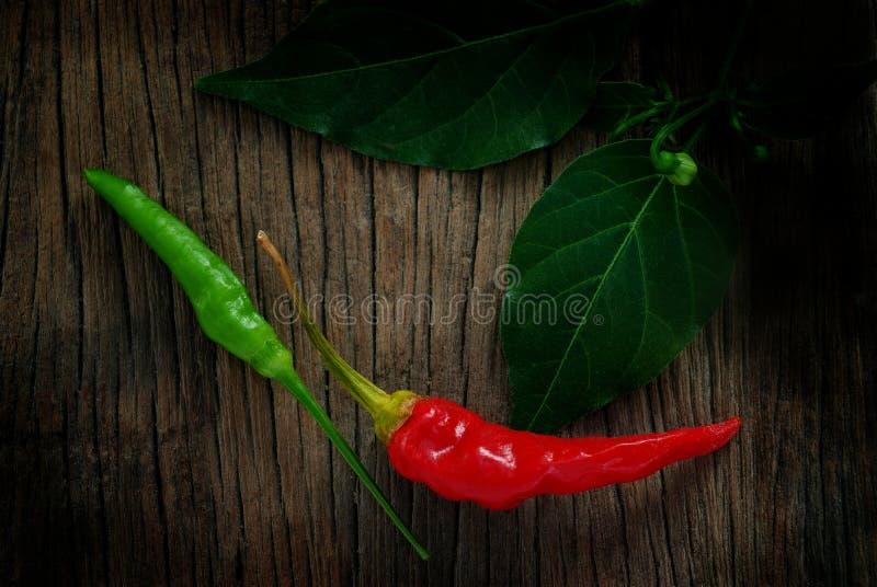 Pimenta de pimentão vermelha e verde com folhas fotos de stock