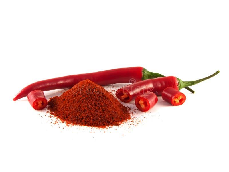 Pimenta de pimentão vermelho cortada com o monte da paprika doce imagens de stock