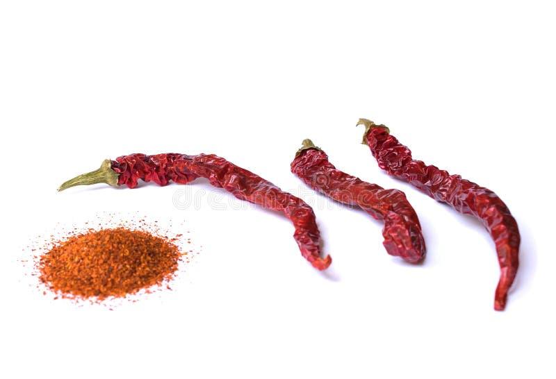 Pimenta de pimentão vermelho secada no fundo branco Desiccated moeu a paprika imagens de stock royalty free