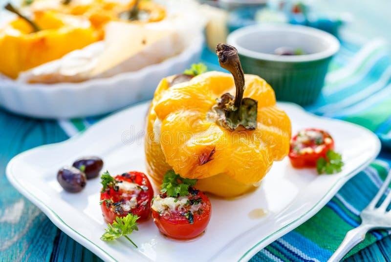 Pimenta de sino Roasted enchida com quinoa, cogumelos e queijo cheddar com os tomates aromáticos da adição fotos de stock royalty free