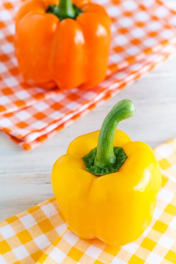 Pimenta doce em amarelo e na laranja. imagens de stock royalty free