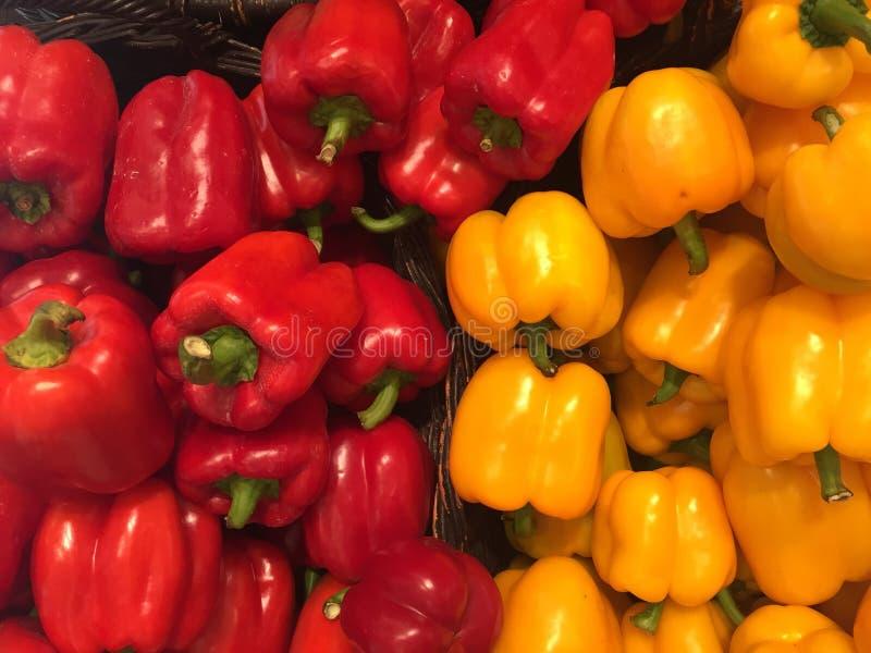 Pimenta doce vermelha e amarela fotos de stock royalty free