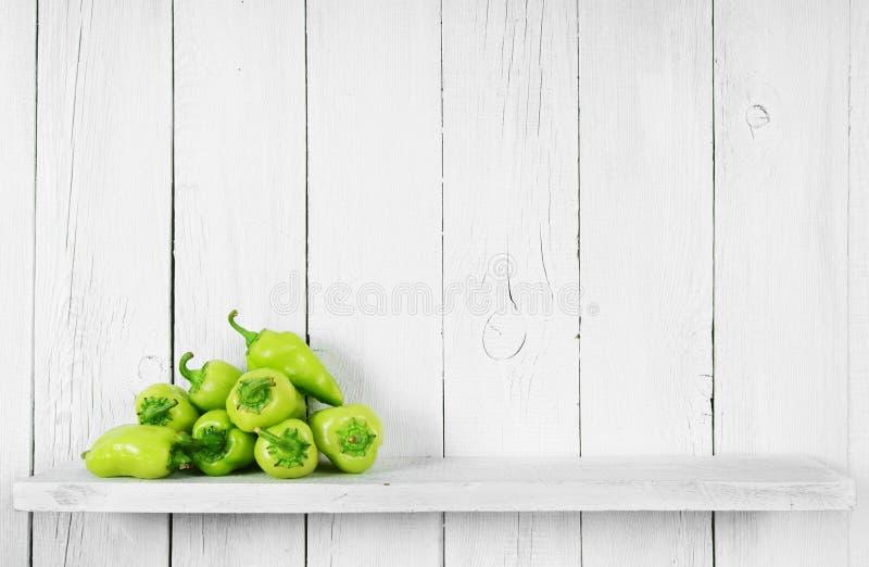 Pimenta em uma prateleira de madeira foto de stock royalty free
