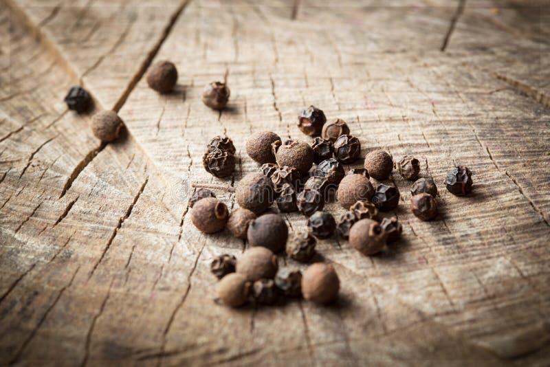 Pimenta preta e pimenta da Jamaica perfumadas orgânicas imagens de stock royalty free