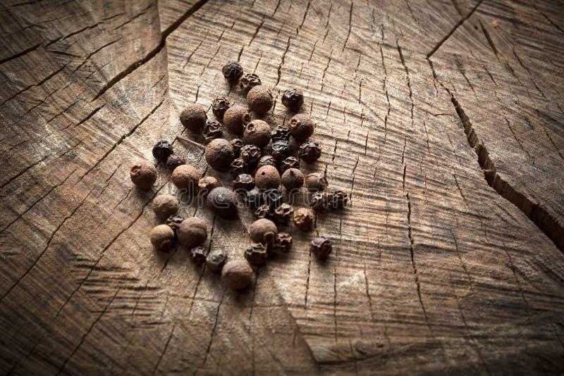 Pimenta preta perfumada, pimenta da Jamaica imagens de stock royalty free