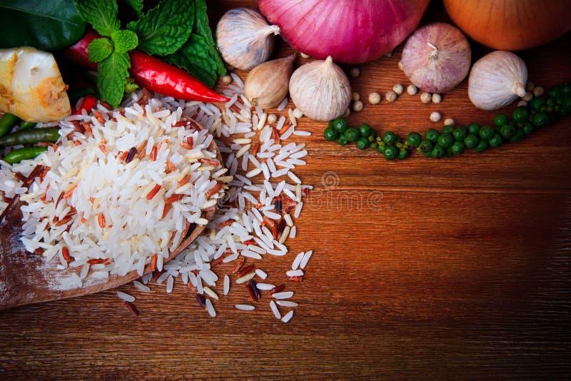 Pimenta verde fria de cebola vermelha de folhas de hortelã da pimenta do alho oriental do arroz da erva da especiaria do alimento  fotos de stock