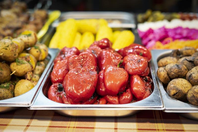 Pimenta vermelha assada e batatas grelhadas imagens de stock