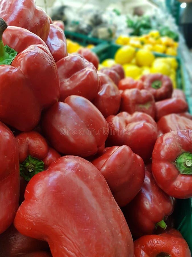 A pimenta vermelha colocou em uma cesta, bandeja para a venda em um supermercado fotografia de stock royalty free