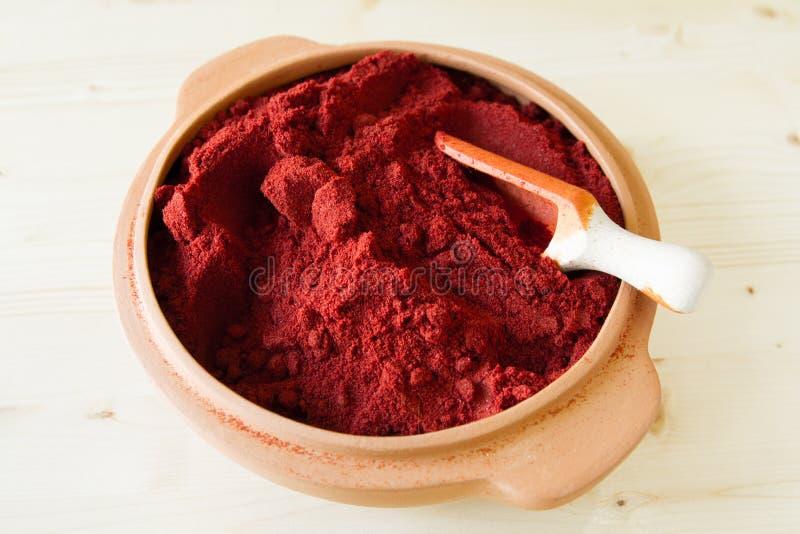 Pimenta vermelha em uma bacia da argila foto de stock royalty free
