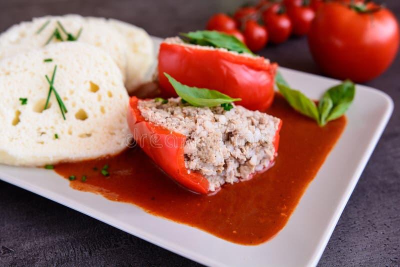 Pimenta vermelha enchida com arroz, carne triturada e vegetal no tomat imagens de stock