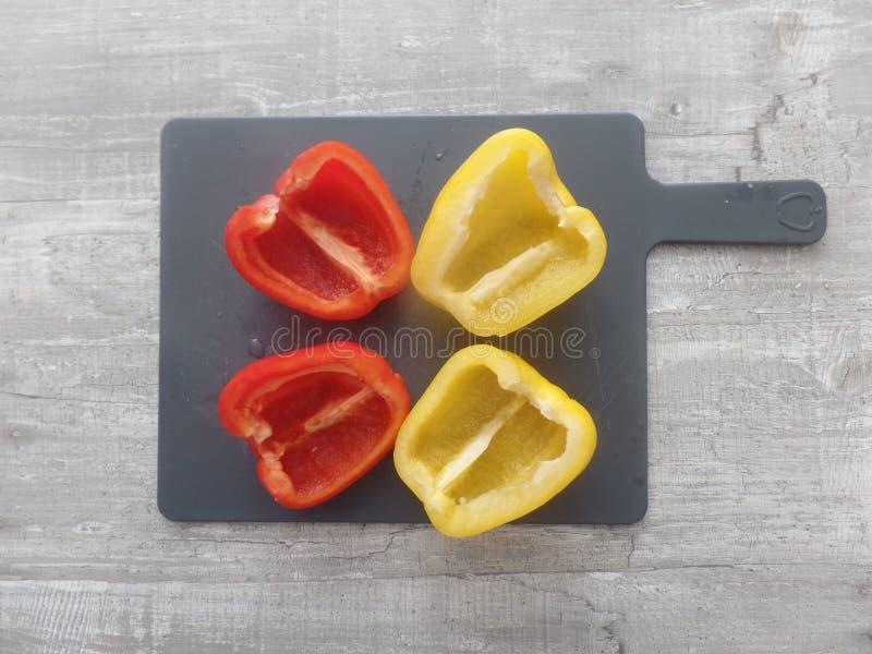 Pimentas amarelas e vermelhas recentemente preparadas fotografia de stock
