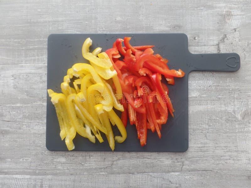 Pimentas amarelas e vermelhas recentemente preparadas imagem de stock royalty free