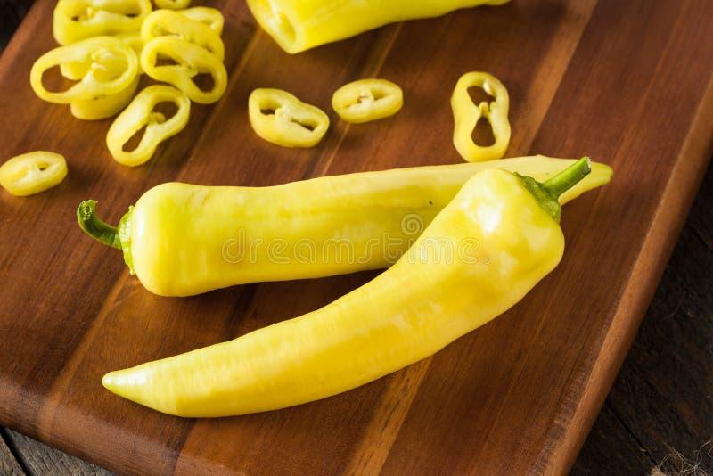 Pimentas amarelas orgânicas cruas da banana imagem de stock