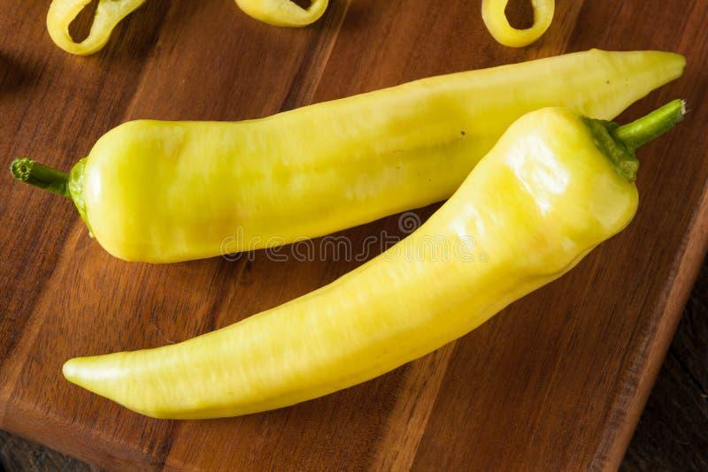 Pimentas amarelas orgânicas cruas da banana fotos de stock royalty free
