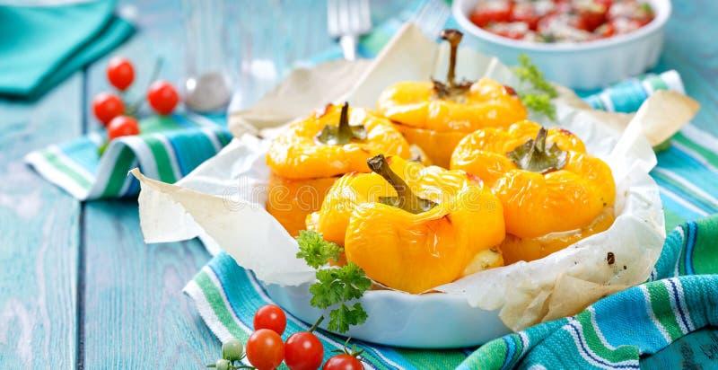 Pimentas amarelas Roasted enchidas com quinoa, cogumelos e queijo imagem de stock